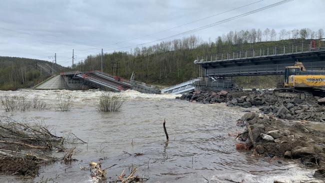 Поврежденный паводком ж/д мост под Мурманском рухнул