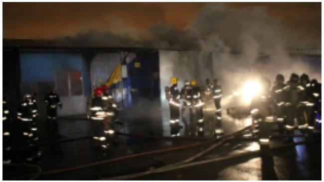 На улице Салова в Петербурге сгорел крупный продовольственный склад