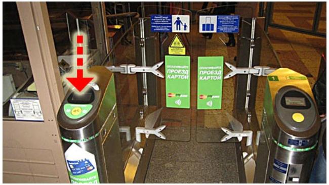 Турникеты метро в Петербурге начали пропускать по банковским картам