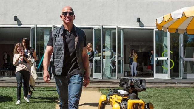 Глава Amazon прогулялся с роботизированным четвероногим другом