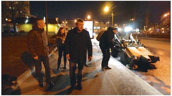 Албин ночью проинспектировал уборку улиц и помывочные посты застройщиков