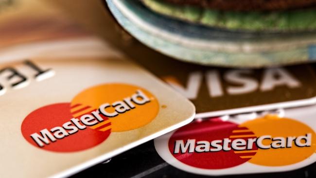 В январе половину покупок россияне оплатили пластиковыми картами