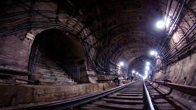 В Петербурге рассказали, почему поезда в тоннелях курсируют под наклоном