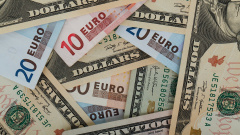 На торгах рубль слабеет к евро и доллару