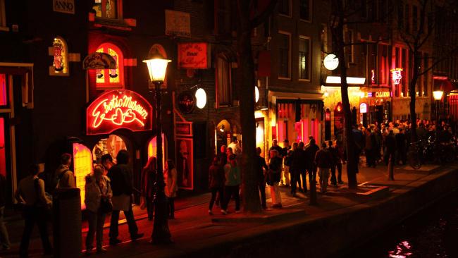 Власти Амстердама решили положить конец групповым экскурсиям в Квартал красных фонарей