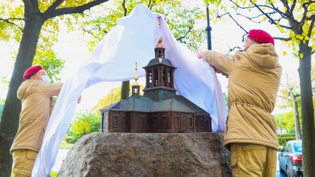 В Петербурге на месте, где когда-то стоял Троице-Петровский собор, открыт памятный знак