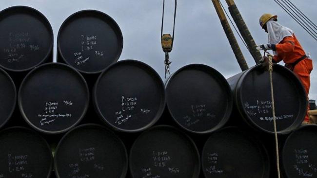 Цены на нефть падают, Brent держится на отметке $61 за баррель