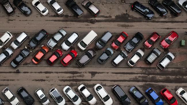 В России собираются сузить парковочные места