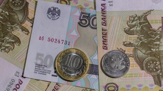 В январе доходы россиян упали почти вдвое