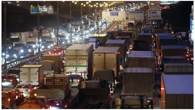 Движение грузовиков по МКАД ограничат