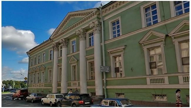 """КГИОП в суде требует снести мансарду на """"Главной аптеке"""" на Миллионной"""