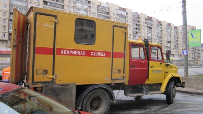 """Сотрудники ГУП """"ТЭК СПб"""" ликвидируют прорыв трубопровода на Павловском шоссе"""