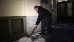 Игорь Албин убрал снег во дворе Довлатова на улице Рубинштейна