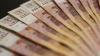 На торгах Московской биржи доллар опустился ниже 77 рубл...