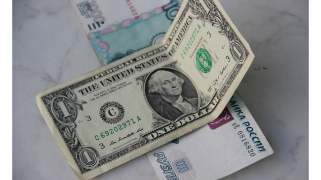 Рубль остался стабилен к доллару и евро на открытии торгов