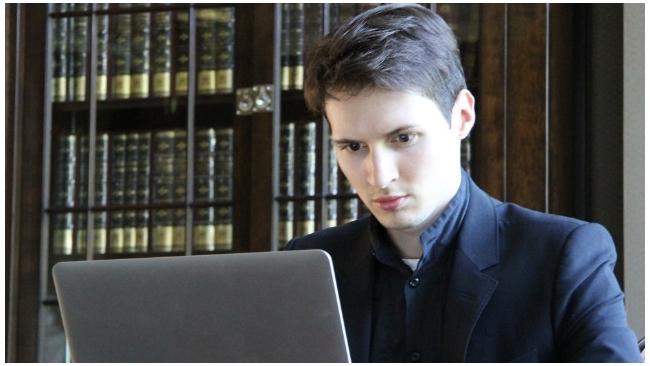 """Основатель """"ВКонтакте"""" бросал из окна в толпу 5-тысячные купюры"""