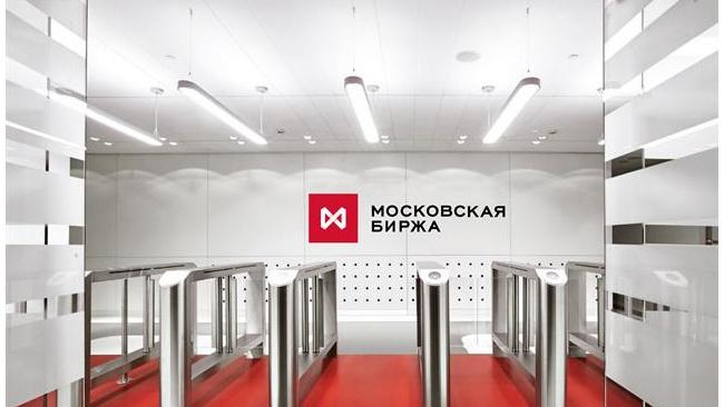 Рубль в понедельник слабеет на торгах Мосбиржи