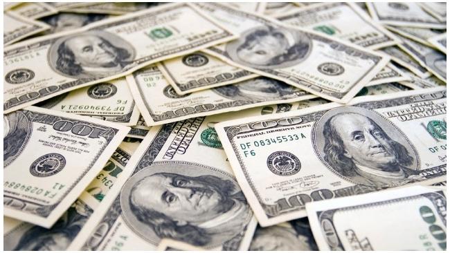 Доллар опустился на бирже ниже 58 рублей, евро - ниже 64 рублей
