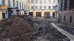 Во дворе дома Семенова демонтирована историческая брусчатка
