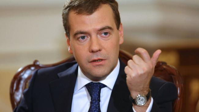 Медведев поручил подготовить законопроект о повышении МРОТ