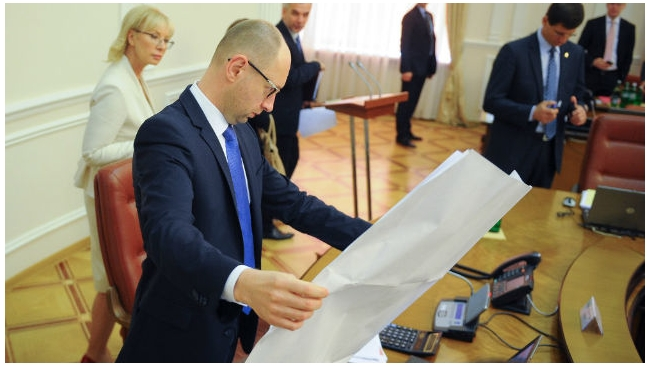 Яценюк согласился остановить транзит российского газа через Украину