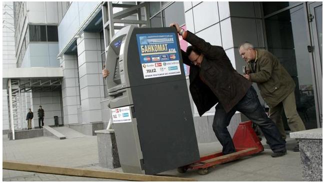 Мошенники в девять раз чаще стали похищать деньги через банкоматы