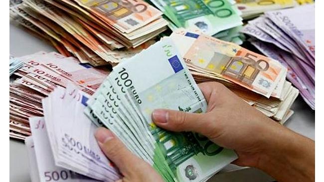 Биржевой курс евро впервые с конца декабря упал ниже 64 рублей