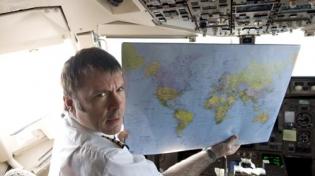 Брюс Дикинсон - лидер Iron Maiden, открывает авиационный ...