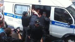 """""""Хрюши против"""": Полиция избивает и задерживает активистов в """"Народном"""""""