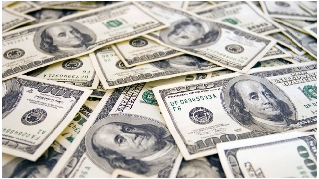 Курс доллара на бирже прибавил больше рубля, евро - около двух