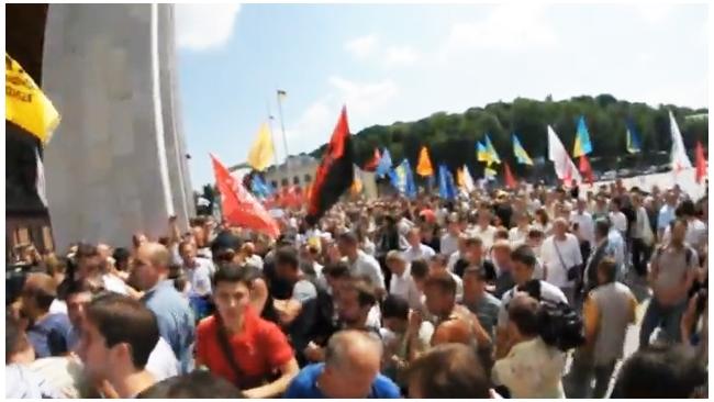 Из-за закона о русском языке на Украине милиция применила слезоточивый газ