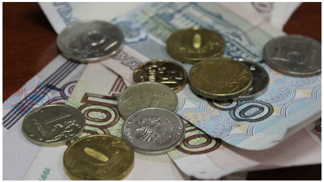 Рубль незначительно ослаб на биржевых торгах