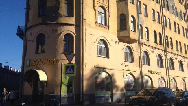 КГИОП оштрафовал предпринимателей за незаконную рекламу на доме Станового