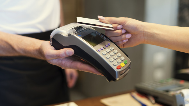 Россияне смогут снимать наличные с карт в кассах магазинов