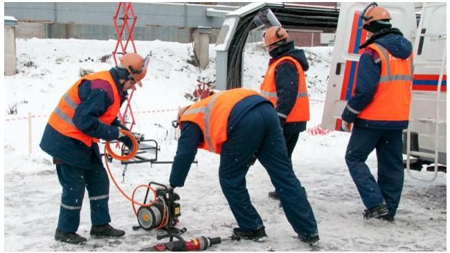 На улице Тельмана, 48, в Невском районе прорвало трубу с горячей водой