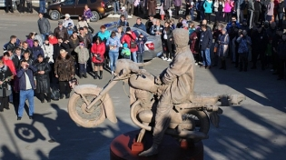Бронзовый Цой на мотоцикле поселился в Окуловке