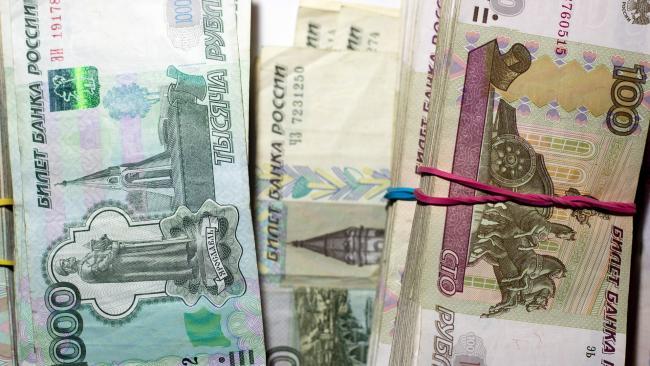 Средняя максимальная ставка рублевых вкладов топ-10 банков РФ остается на рекордно низком уровне