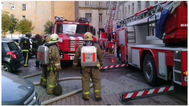 Спасатели Петербурга эвакуировали 10 человек из-за горящего холодильника