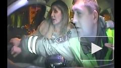 Пьяная девушка в Тюмени напала на полицейских