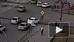 Неадекват из Красноярска бегал по крышам автомобилей