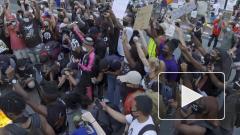 Протестующие возле Белого дома сожгли флаг США после речи Дональда Трампа