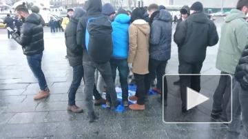 """Фанаты """"Бешикташа"""" топчут флаг киевского """"Динамо"""""""