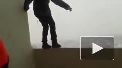 Школьник в Перми прошел по балкону на 25 этаже