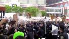 В Нью-Йорке полицейский сорвал маску с темнокожего протестующего и распылил спрей ему в лицо