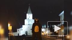 В Казани мужчина ездил на крыше автомобиля в костюме обезьяны