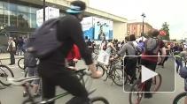 Тысячи велосипедистов на магистралях Петербурга устроили ...