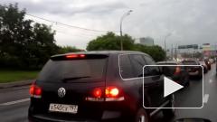 Автомобилист в Москве получил штраф из-за блика фар на мокрой дороге