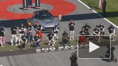 """Хэмилтон хочет, чтобы все пилоты """"Формулы-1"""" встали на одно колено"""
