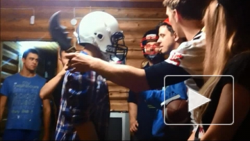 Жесткий удар шлемом, смешное видео