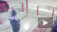 Мужик из Якутии избил мать с ребенком из-за очереди